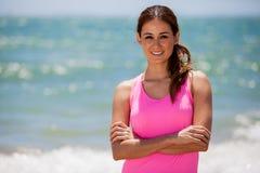 Милый женский бегун на пляже стоковое изображение