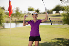 Милый женский игрок в гольф празднуя стоковое изображение rf
