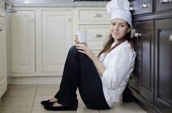 Милый женский отдыхать шеф-повара стоковое изображение rf