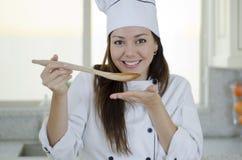 Милый женский суп дегустации шеф-повара стоковое изображение