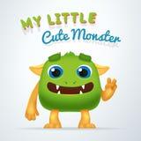 Милый зеленый характер зверя чужеземца Мое маленькое милое оформление изверга Изолированная тварь потехи пушистая с жестом победы Стоковое Фото