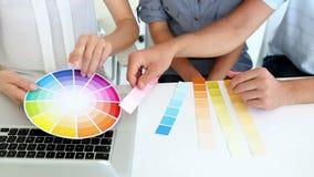 Милый дизайнер по интерьеру работая с клиентами акции видеоматериалы