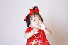 Милый китайский маленький младенец в красных пузырях мыла игры cheongsam Стоковое Изображение RF