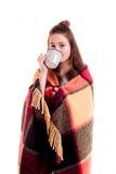 Милый кофе питья девушки от большой изолированной чашки Стоковые Изображения