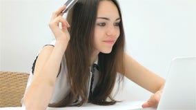 Милый клиент девушки делает приобретение онлайн акции видеоматериалы