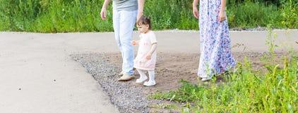 Милый маленький азиатский ребёнок на прогулке с родителями стоковые фото