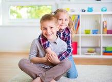 Милый маленький брат и сестра имея потеху Стоковые Изображения RF