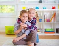 Милый маленький брат и сестра имея потеху Стоковое Фото