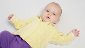 Милый маленький двигать младенца сток-видео