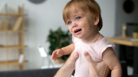 Милый маленький малыш выражая ее эмоции акции видеоматериалы