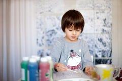 Милый маленький мальчик preschool, рисуя изображение дома Стоковая Фотография RF