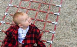 Милый маленький младенец в красной checkered рубашке Стоковая Фотография RF