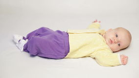 Милый маленький младенец кладя на кровать видеоматериал