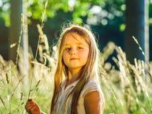 Милый маленький портрет девушки preschooler в лесе захода солнца Стоковые Фотографии RF
