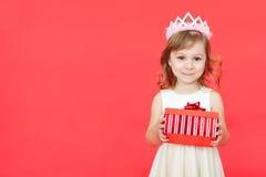 Милый маленький портрет рождества девушки preschooler, изолированный на красном цвете Стоковая Фотография RF