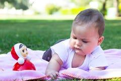 Милый маленький ребёнок играя на луге Стоковые Изображения