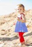 Милый маленький ребёнок на пляже стоковые изображения