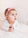 Милый маленький ребёнок с розовым держателем исследуя мир стоковое фото rf