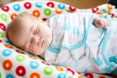 Милый маленький newborn спать ребёнка обернутый в одеяле Стоковая Фотография RF