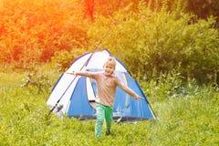 Милый малый мальчик бежит счастливое около шатра на предпосылке природы Стоковая Фотография