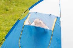Милый малый мальчик в шатре Он смотрит через сеть Стоковая Фотография RF