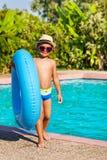 Милый малый мальчик в шляпе держа раздувное кольцо стоковые изображения