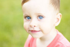 Милый малый мальчик на каникулах стоковые фото