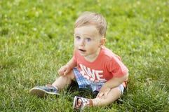 Милый малый мальчик на траве Стоковая Фотография
