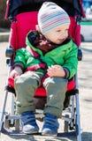 Милый малыш в pram на прогулке Стоковое фото RF