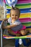 Милый малыш девушки в красочном шезлонге Стоковые Фотографии RF