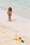 Милый малыш играя пляжем Стоковая Фотография