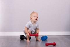 Милый малыш поднимая вес любит профессиональный спортсмен Стоковые Фотографии RF