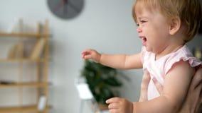 Милый малыш плача в руках заботя отца акции видеоматериалы