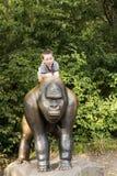 Милый мальчик в зоопарке Берлина стоковые фото
