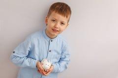 Милый мальчик держа копилку или денежный ящик Стоковое Изображение RF