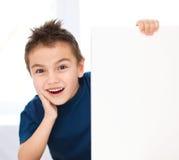 Милый мальчик держит пустое знамя стоковые изображения