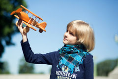 Милый мальчик летая его самолет Стоковые Изображения RF