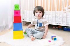 Милый мальчик играет воспитательную игрушку дома Стоковое Изображение RF