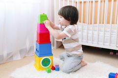 Милый мальчик играет дома Стоковые Изображения