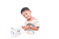 Милый мальчик играя с красками Стоковые Фото