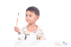 Милый мальчик играя с красками Стоковое Изображение RF