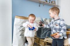 Милый мальчик играя с маленькой сестрой дома Стоковая Фотография