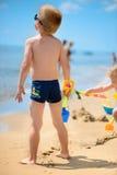 Милый мальчик играя с песком стоковые изображения