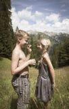 Милый мальчик и девушка в горах в влюбленности стоковое фото rf