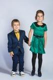Милый мальчик и девушка или подростки в полнометражный представлять голубых джинсов непринужденного стиля Стоковые Фото