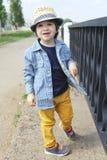 Милый мальчик идет в лето стоковое изображение