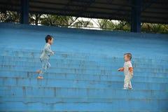 Милый мальчик маленького ребенка на природе Стоковая Фотография RF