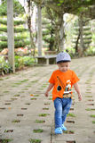 Милый мальчик маленького ребенка на природе Стоковое Изображение