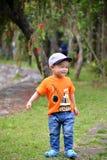 Милый мальчик маленького ребенка на природе Стоковое фото RF