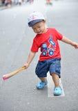 Милый мальчик маленького ребенка с бумажным вентилятором Стоковые Изображения